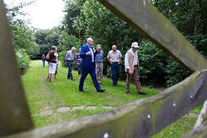 Foto Gerrit Boer. Nieuwlande: Jan Steenbergen bezoekt dorpsbos