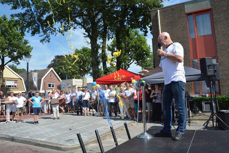 Jan Steenbergen doet de opening van het nieuwe Hoekje