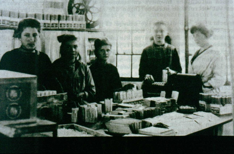 """Pepermuntfabriek """"Walco"""" van de familie Van der Wal. De foto is genomen in 1921."""