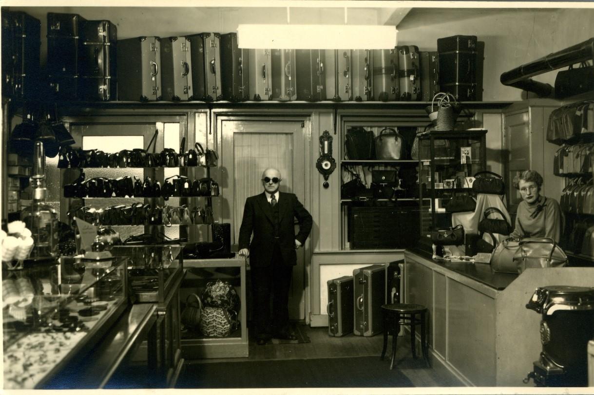 Winkel van Otto Thijs aan de Hoofdstraat, 1955, inhet midden Otto Thijs, met rechts een winkelmeije