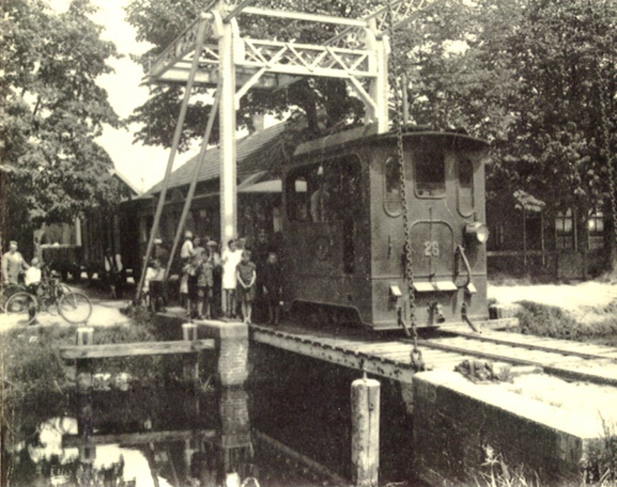 tram eds op de trambrug over het Hoekje, Hollandscheveld