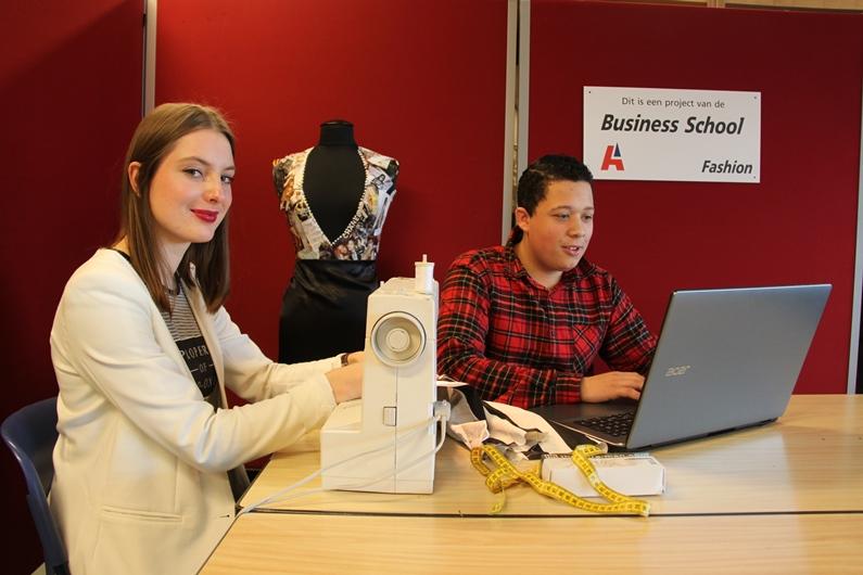 Björn Hulsman en Luna Brouwers druk met de voorbereidingen voor de modeshow