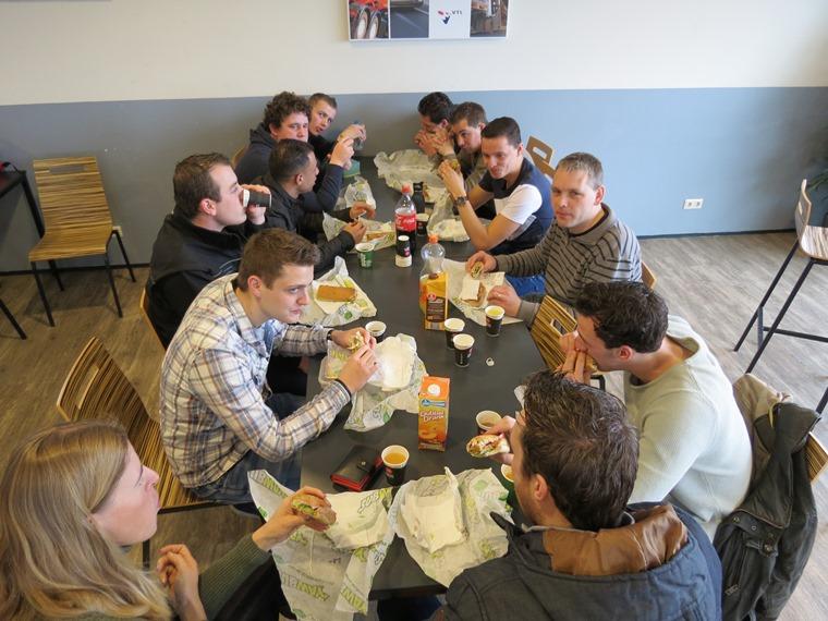 Foto 3 Studenten genieten van smakelijke lunch Subway