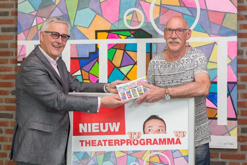 Dir. Jan Werkhoven overhandigd nieuw programma aan Hoogevener Geert Oldenbeuving.