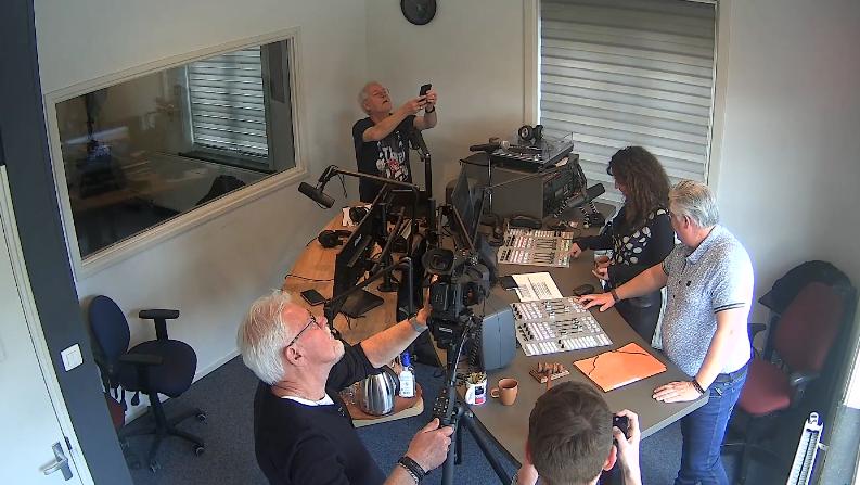 Wethouder Janita Tabak opent de nieuwe studio van Radio Hoogeveen